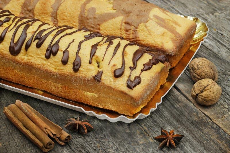 Bananenkuchen mit Schokoladenbelag lizenzfreie stockfotografie