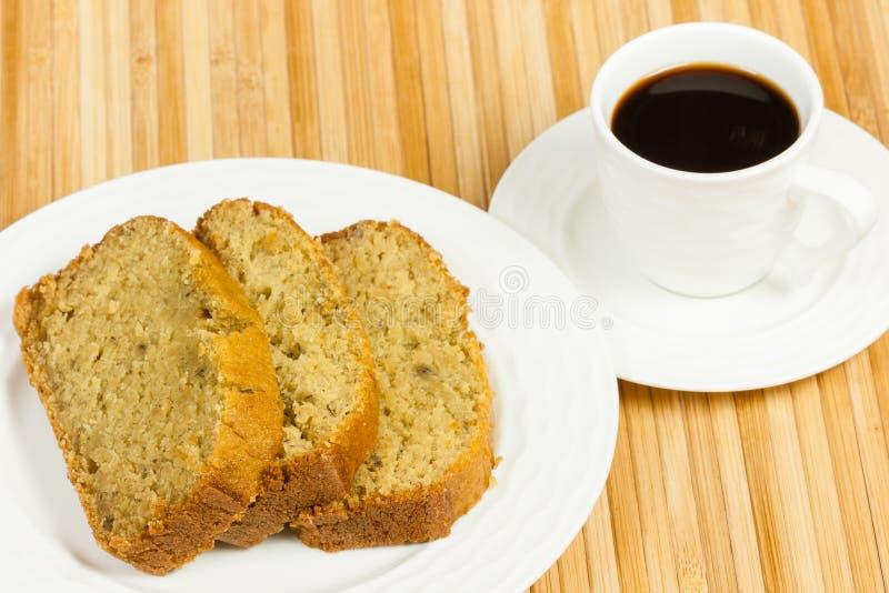 Bananenkuchen-Scheiben mit Kaffee lizenzfreie stockfotografie