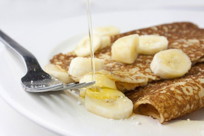 Bananenpfannkuchen oder -krepps stockbilder