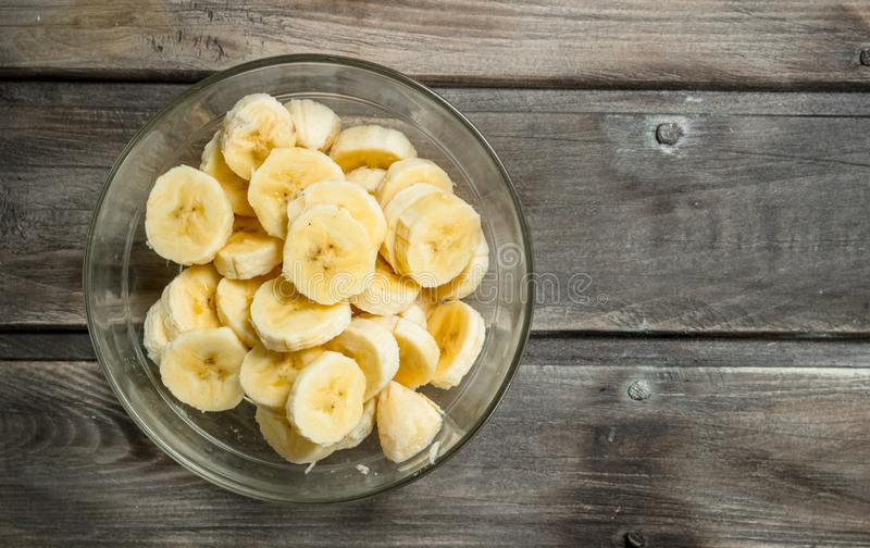 Bananenscheiben in einer Glasschüssel stockbilder