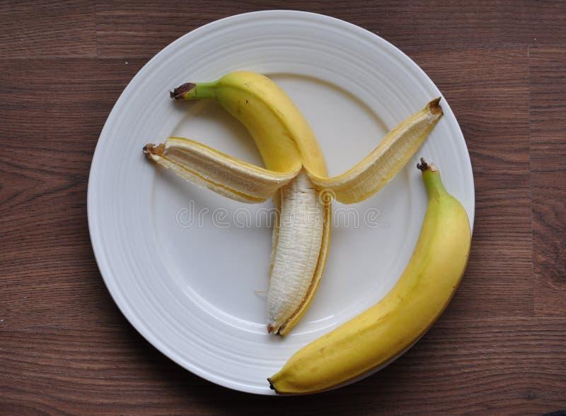 Bananer i platta fotografering för bildbyråer