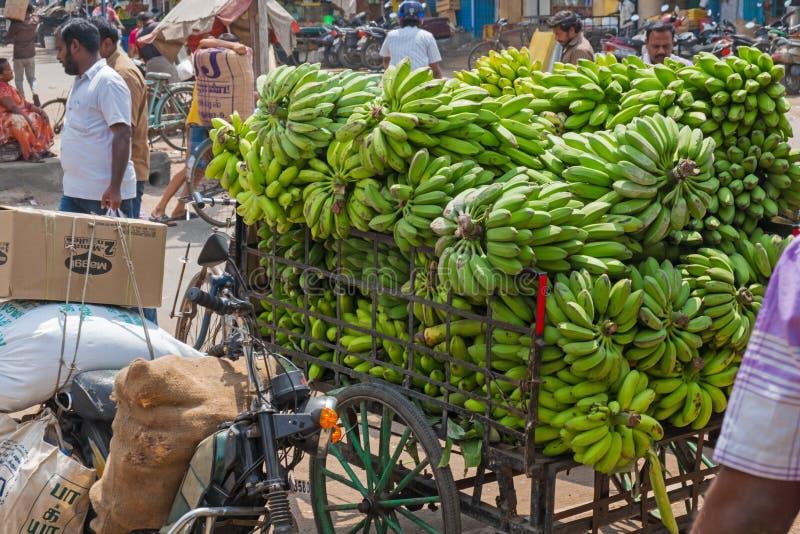 Bananer på genomresa till stadsmarknaden i Madurai, Tamil Nadu royaltyfri bild
