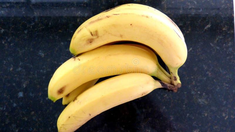 Bananer på svart bakgrund royaltyfria foton