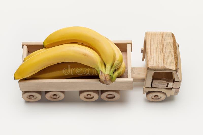 Bananes dans le camion de remorque, jouet fait de bois photo stock