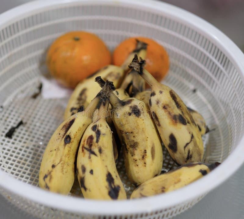 Bananes et oranges putréfiées images stock