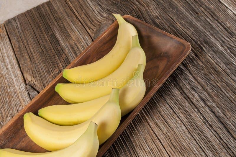 Bananes jaunes fraîches, bois, table photos libres de droits