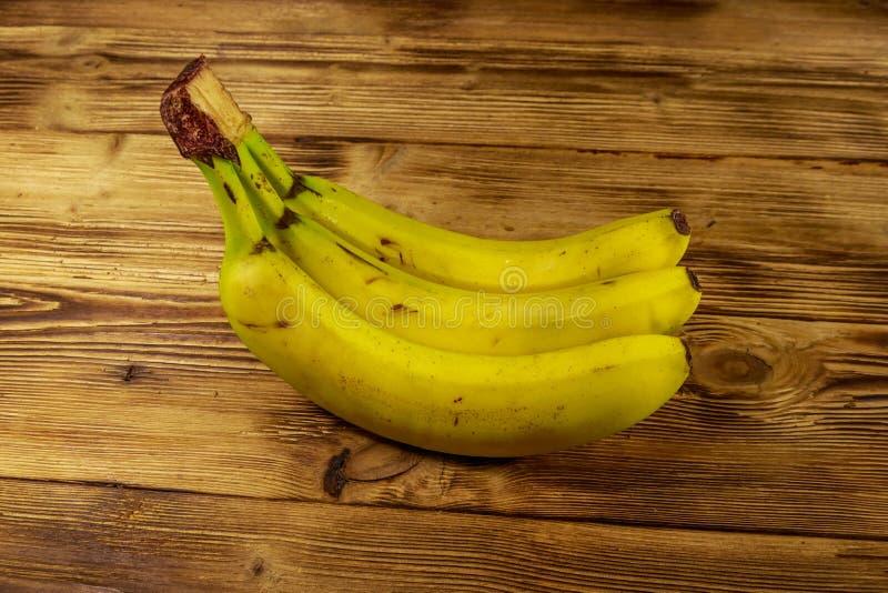 Bananes jaunes m?res d?licieuses sur la table en bois photo stock