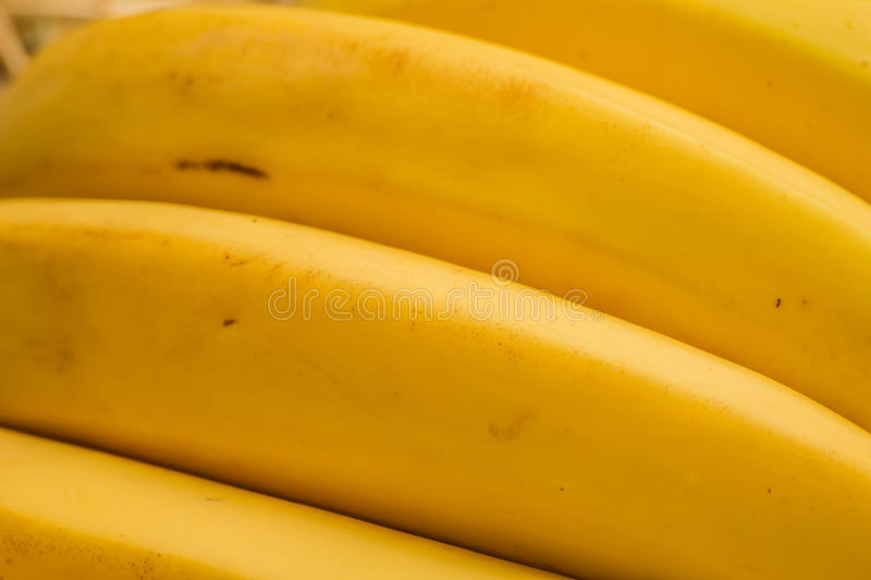 Bananes organiques, †latin « musa Fruits de banane sur le fond naturel de paille photos libres de droits