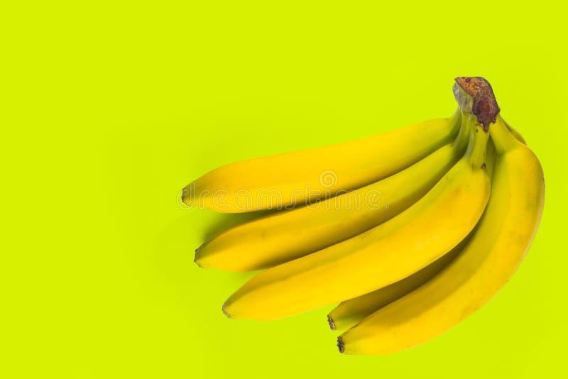 Bananes s'étendant sur le fond extérieur coloré par salade de vue supérieure images libres de droits