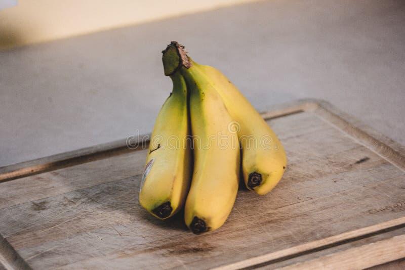 Bananes sur la planche à découper image libre de droits