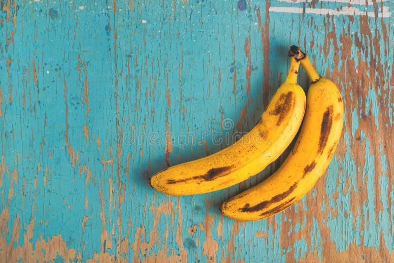 Bananes sur la table rustique photos libres de droits