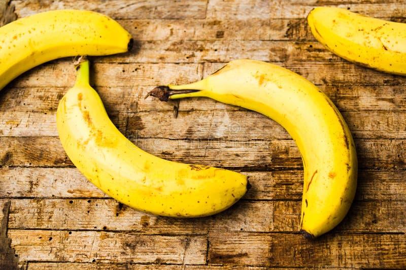 Bananes sur le fond en bois rustique photos stock