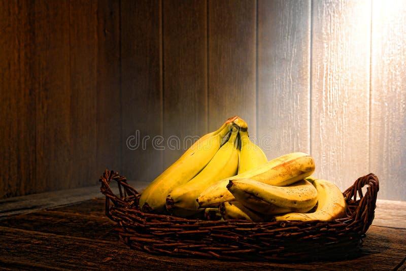 Bananes sur le vieux Tableau en bois dans la cuisine de cru photos stock