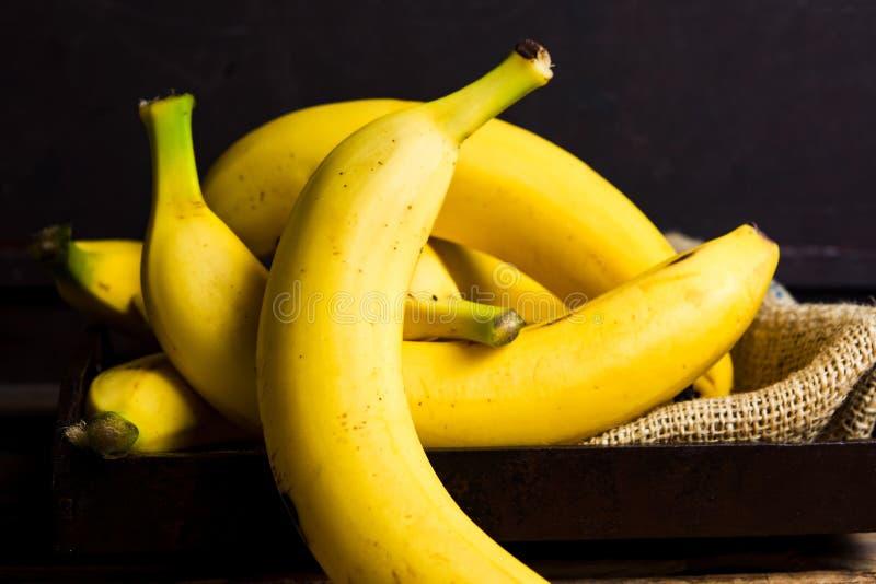 Bananes sur une table rustique photographie stock