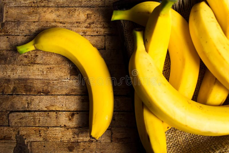 Bananes sur une table rustique photos libres de droits