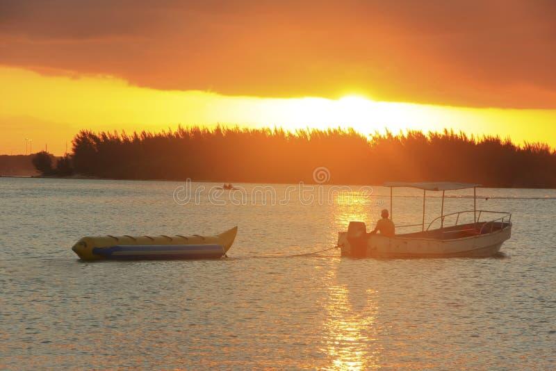 Bananfartyg i den Boca Chica fjärden på solnedgången arkivbild