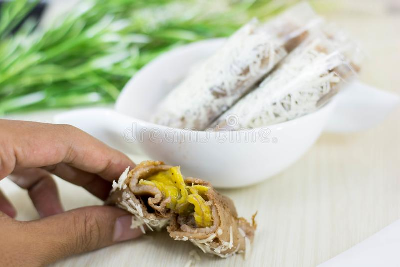 Bananowa serowa rolka jest tradycyjnym indonezyjskim ulicznym jedzeniem obraz stock
