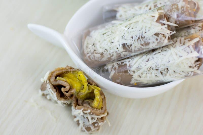 Bananowa serowa rolka jest tradycyjnym indonezyjskim ulicznym jedzeniem obrazy stock