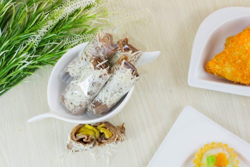 Bananowa serowa rolka jest tradycyjnym indonezyjskim ulicznym jedzeniem obrazy royalty free
