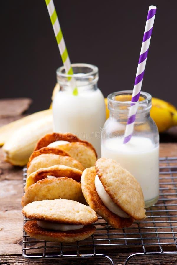 Bananowi Whoopie kulebiaki Stylowy wieśniak zdjęcia stock