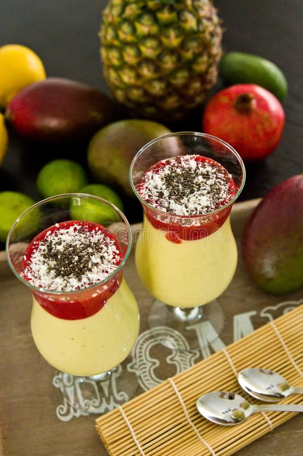 Bananowy i mangowy smoothie deser w win szkłach zdjęcie royalty free