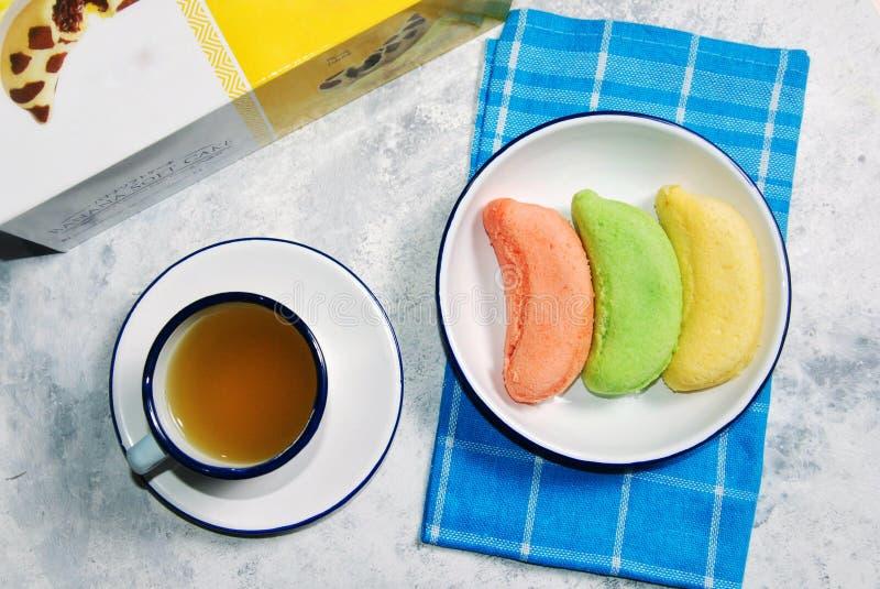 Bananowy miękka część tort słuzyć z herbatą obrazy stock