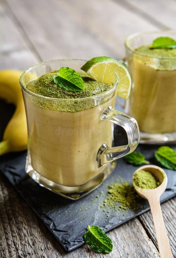 Bananowy smoothie z Matcha herbatą obraz royalty free