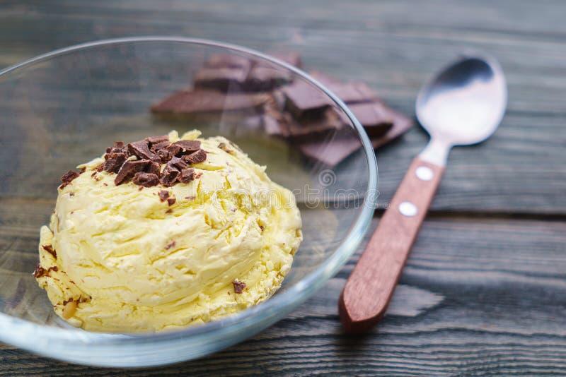 Bananowy sundae lody w szklanym pucharze, zamyka up zdjęcia royalty free