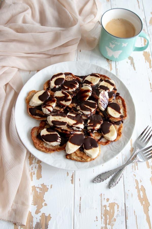 Bananpannkakor med chokladtoppning royaltyfri bild