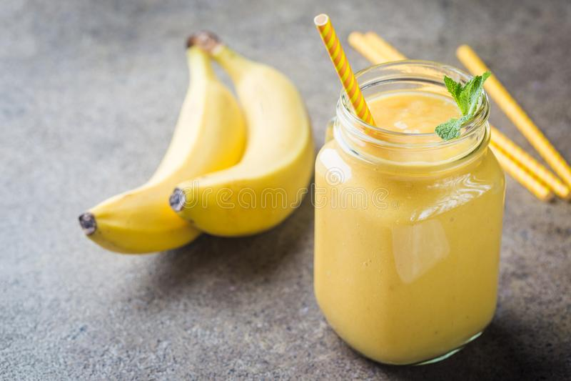 Banansmoothie i murarekrus arkivbild