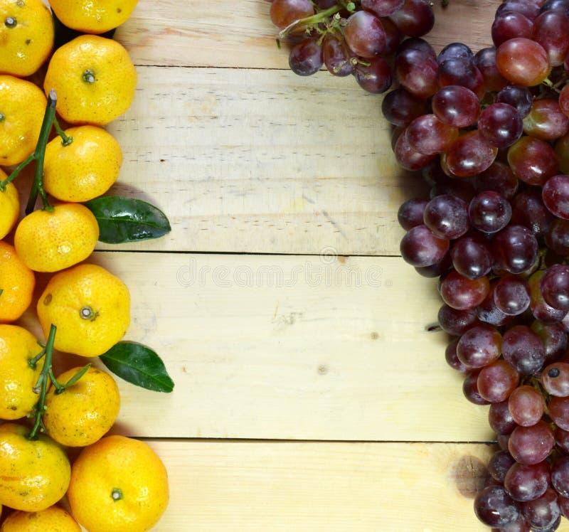 Banany i winogrona na drewnianej podłoga obraz royalty free
