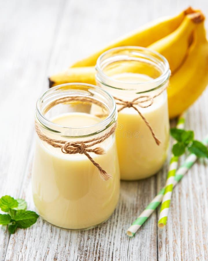 Bananyoghurt och nya bananer royaltyfria foton