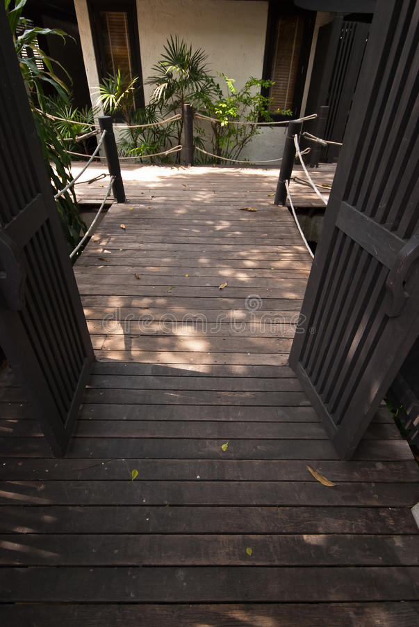Banaväg och natur i trädgård royaltyfri foto
