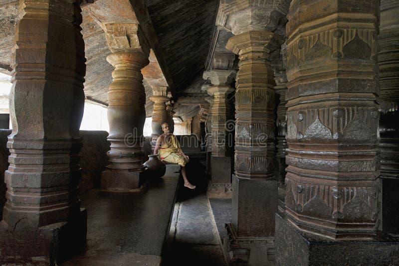 BANAVASI, il KARNATAKA, INDIA, giugno 2014, sacerdote al tempio di Madhukeshwara fotografie stock