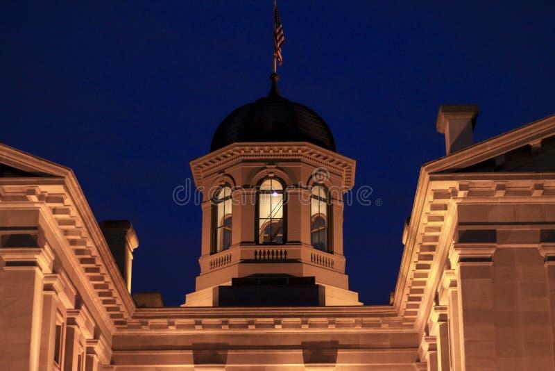 Banbrytande domstolsbyggnad på natten royaltyfri fotografi