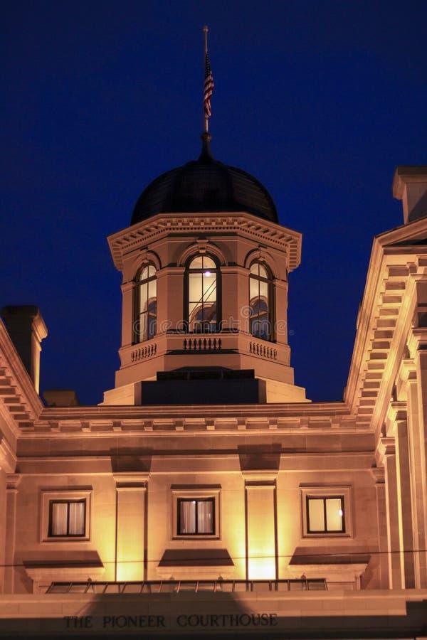 Banbrytande domstolsbyggnad på natten arkivfoto