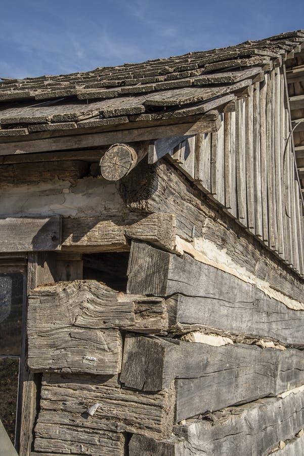 Banbrytande journalkabin, retro som är gammal, journaler, historisk västra by arkivfoto