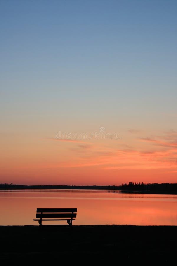Banc au coucher du soleil image libre de droits