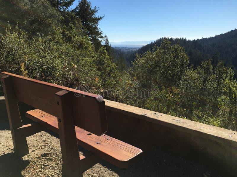 Banc au-dessus des montagnes photo libre de droits