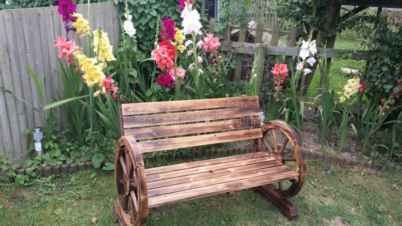 Banc avec de belles fleurs image stock