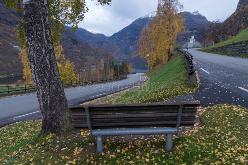 Banc avec une vue scénique gentille, Geiranger, Norvège photographie stock