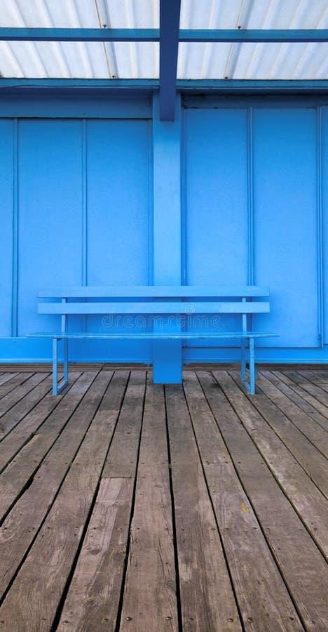 Banc bleu photographie stock libre de droits
