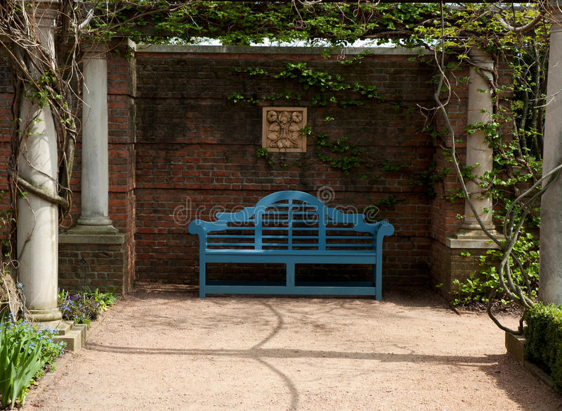 Banc bleu dans l'axe de jardin image libre de droits