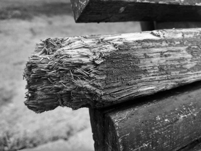 Banc cassé noir et blanc photographie stock