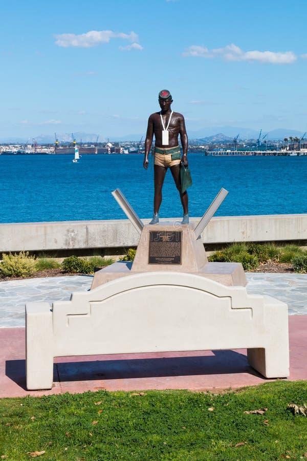 Banc chez Glorietta Marina Park avec la première à terre statue images libres de droits