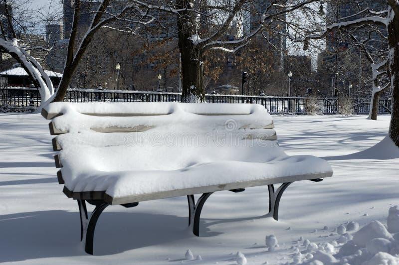 Banc couvert dans la neige image libre de droits
