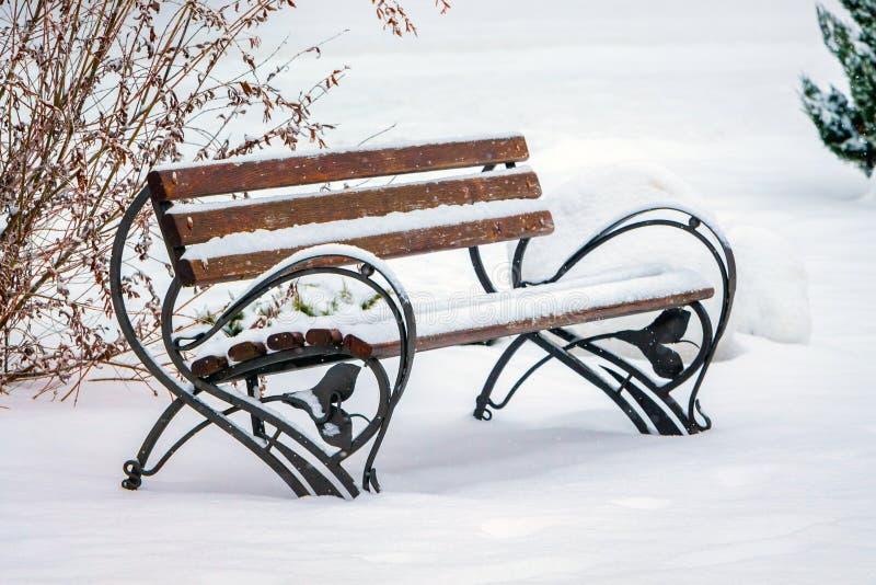 banc couvert de neige en parc de ville Hiver dans le city_ image libre de droits