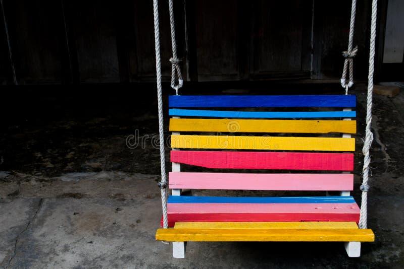 Banc d'oscillation coloré dans l'hôtel photo stock
