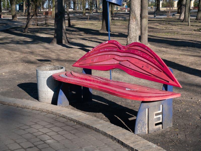 Banc dans la forme des lèvres humaines - point de repère célèbre pour des personnes dans l'amour en parc public de Kiev photo stock
