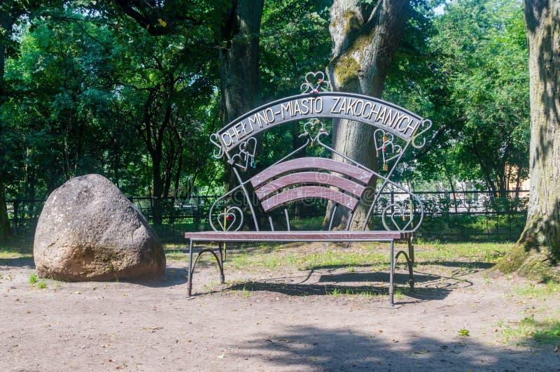 Banc de Chelmno - ville des amants au parc dans Wejherowo images stock